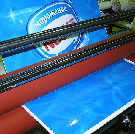 Прикатка каширование отпечатанной пленки на жесткие основы